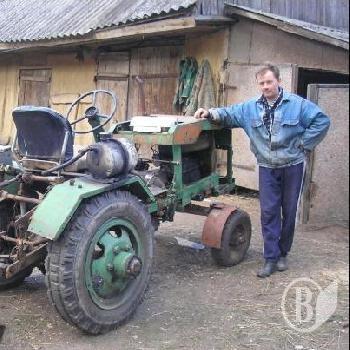 стоїть саморобний трактор.